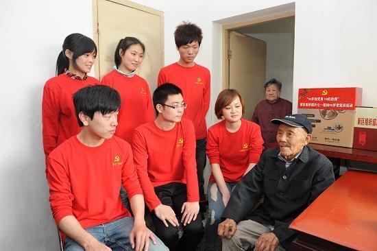 参加慰问新区90岁老党员