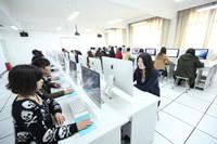 游戏设计专业师生在苹果机房上课