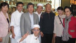 迪拜洲际酒店实习生和外交部长李肇星夫妇合影