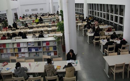 学生在阅览室学习