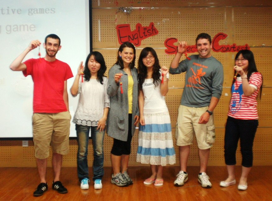 美籍大学生到我系与同学们一起热情参与活动